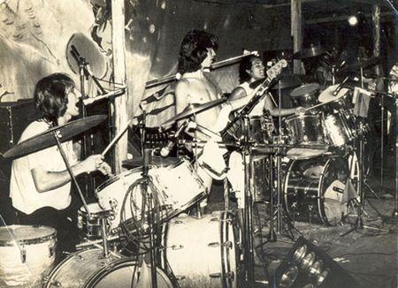 Casa das Máquinas em Camburiú em 1977, da esquerda para direita: Marinho na 1ª bateria, João Alberto no Baixo e Netinho na 2ª bateria