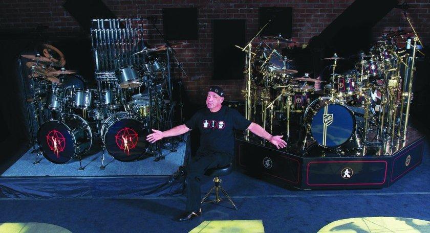 Neil Peart e seus dois kits de bateria prontos